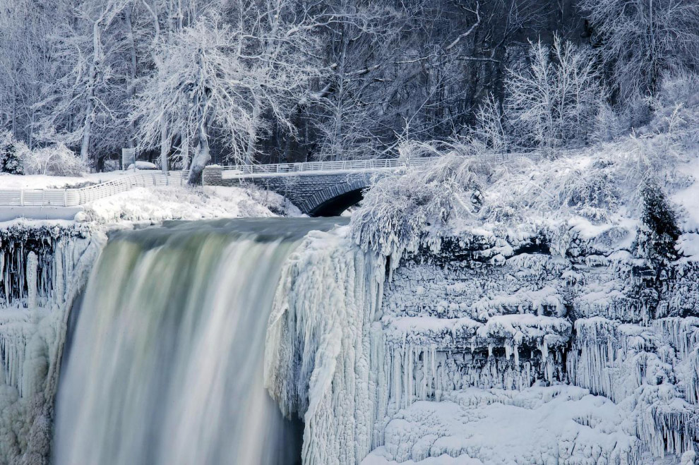 29. Американский водопад (American Falls) на американской территории, 2 января 2018. (Фото Aaron Lyn