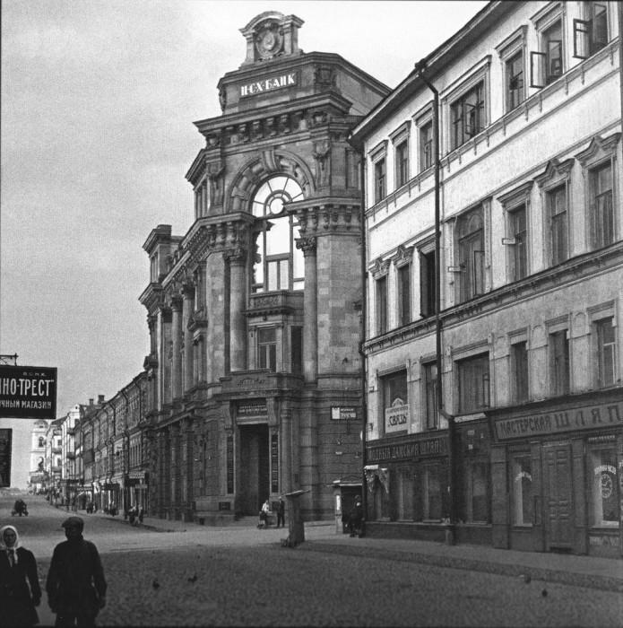 дна из старейших улиц в Москве. СССР, 1920-е годы.   4. Двор неподалёку от памятника арх