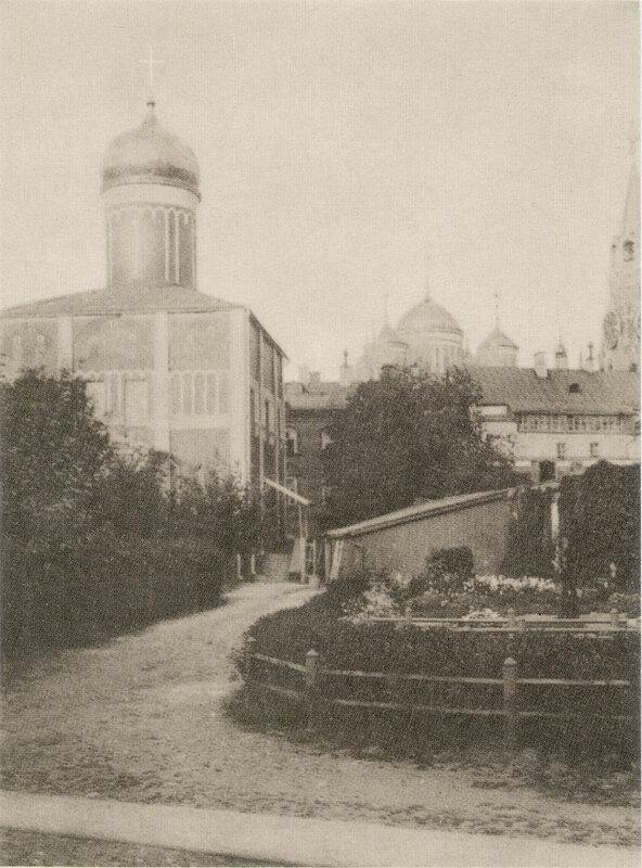 124. Москва - Кремль. Во дворе Чудова монастыря