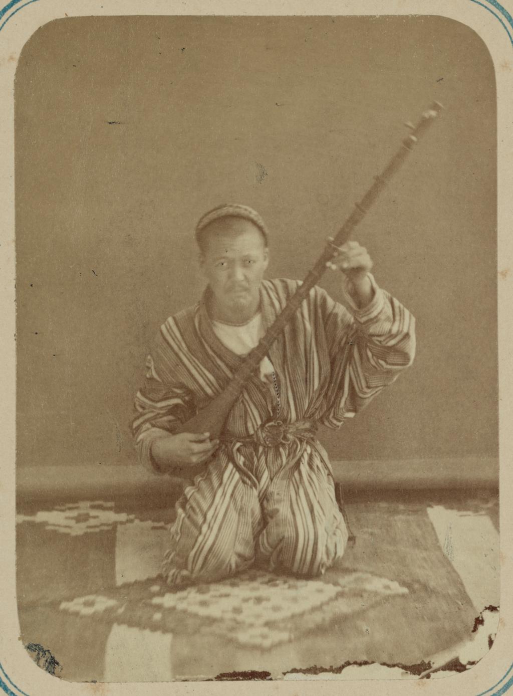 Музыканты. Музыкант, играющий на тамбуре, струнном инструменте с длинным грифом