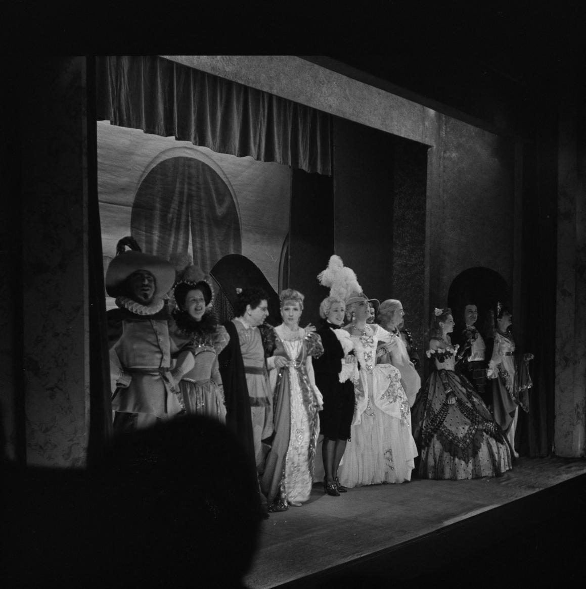 39. Комедианты на сцене