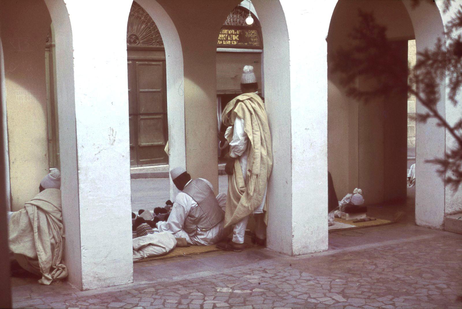 Уличные продавцы головных уборов