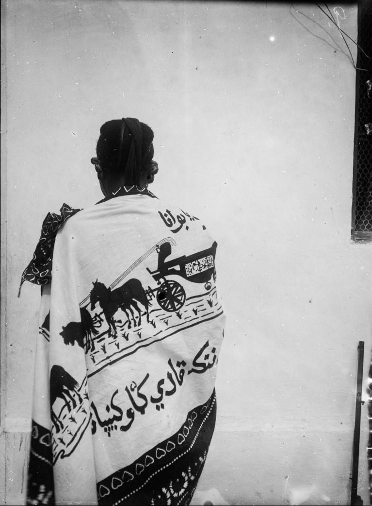 09. Антропометрическое изображение женщины суахили, предположительно проститутки. Снято во дворе торгового дома «Траун, Стуркен и Деверс»