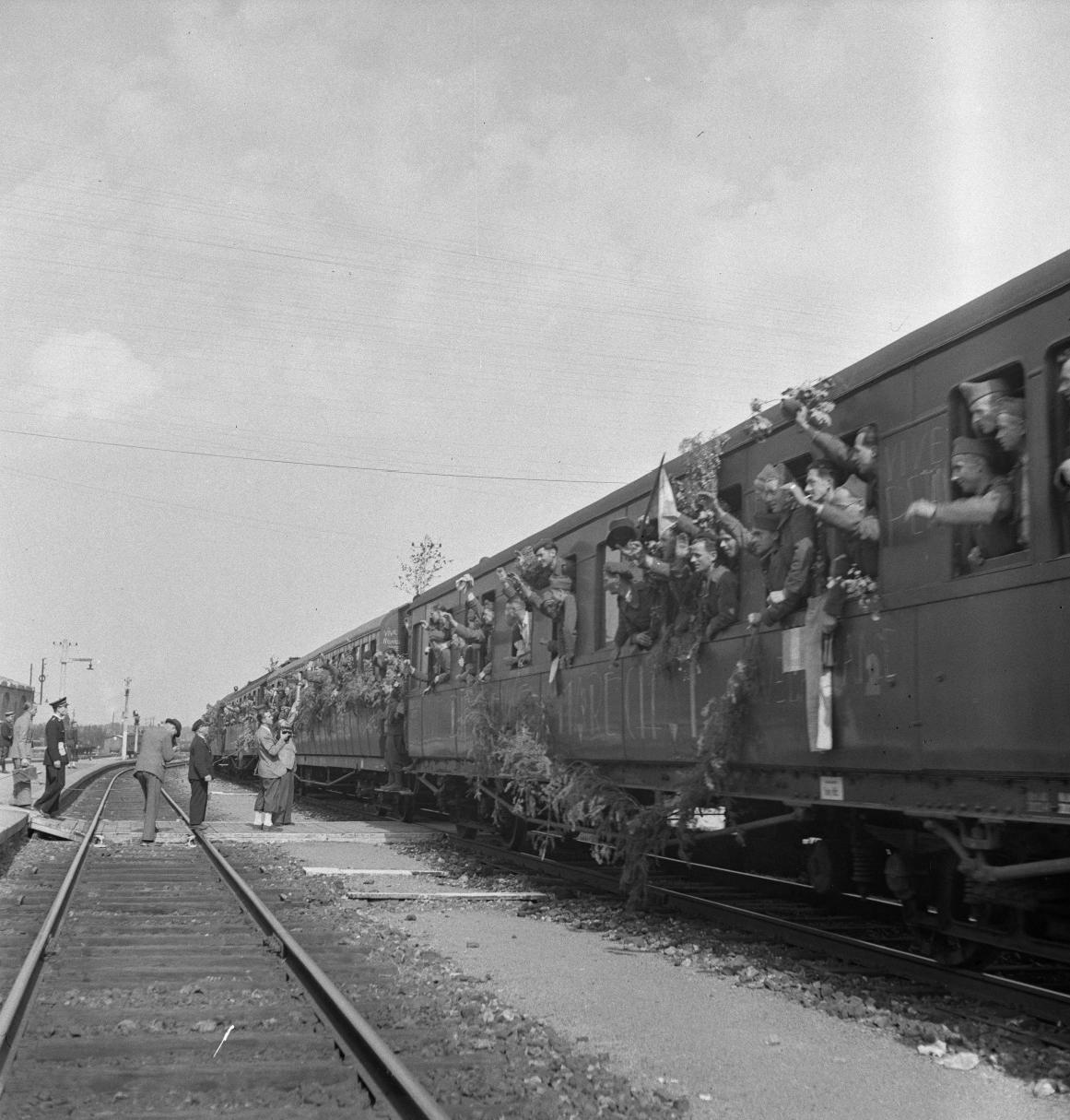 13. Прибыл поезд с освобожденными на станцию