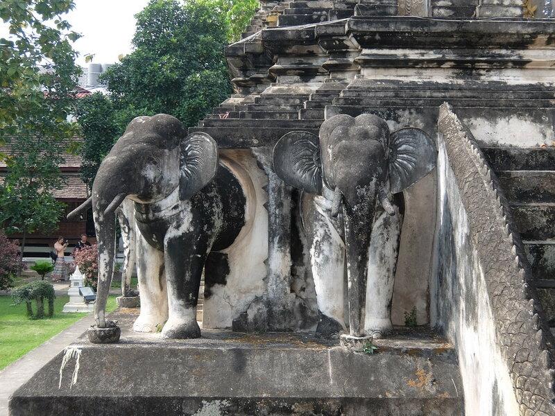 Чиангмай - Ват Чианг Ман - Слоны
