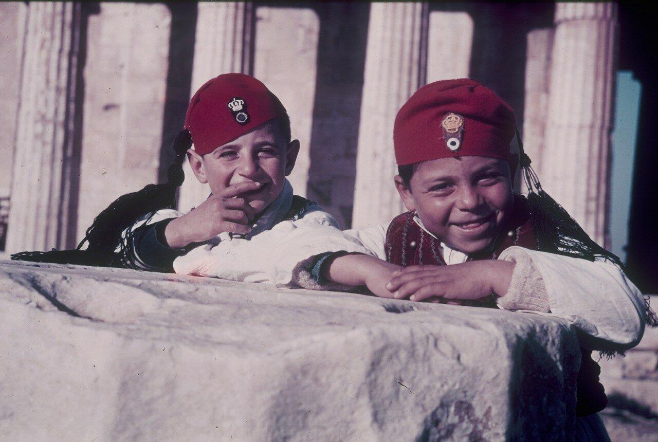 Акрополь. Два маленьких мальчика