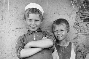 Два местных мальчика