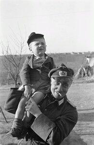 Солдат с маленьким мальчиком на плече