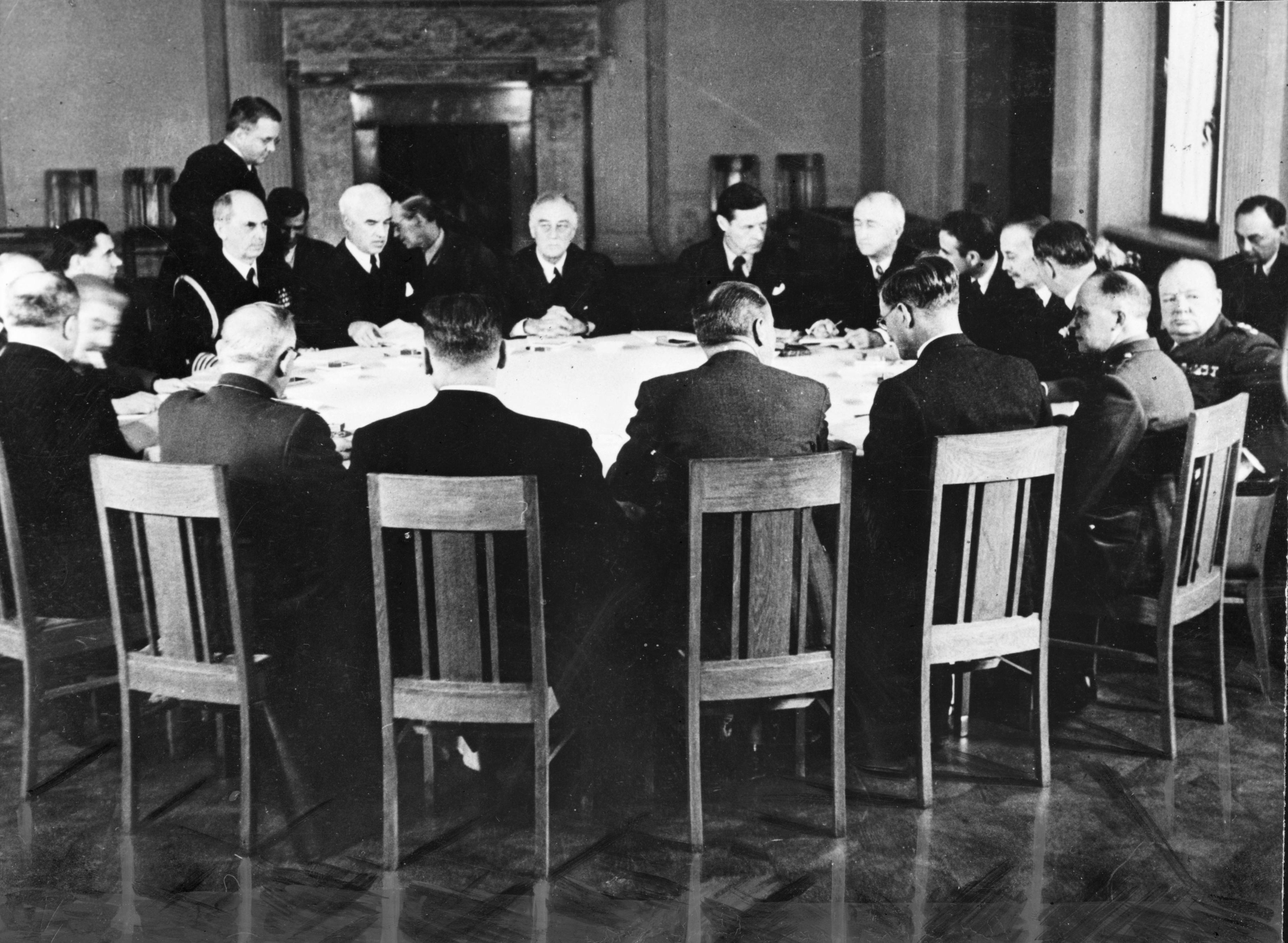 Ф. Д. Рузвельт, И. Сталин, У. Черчилль и другие за столом во время Ялтинской конференции