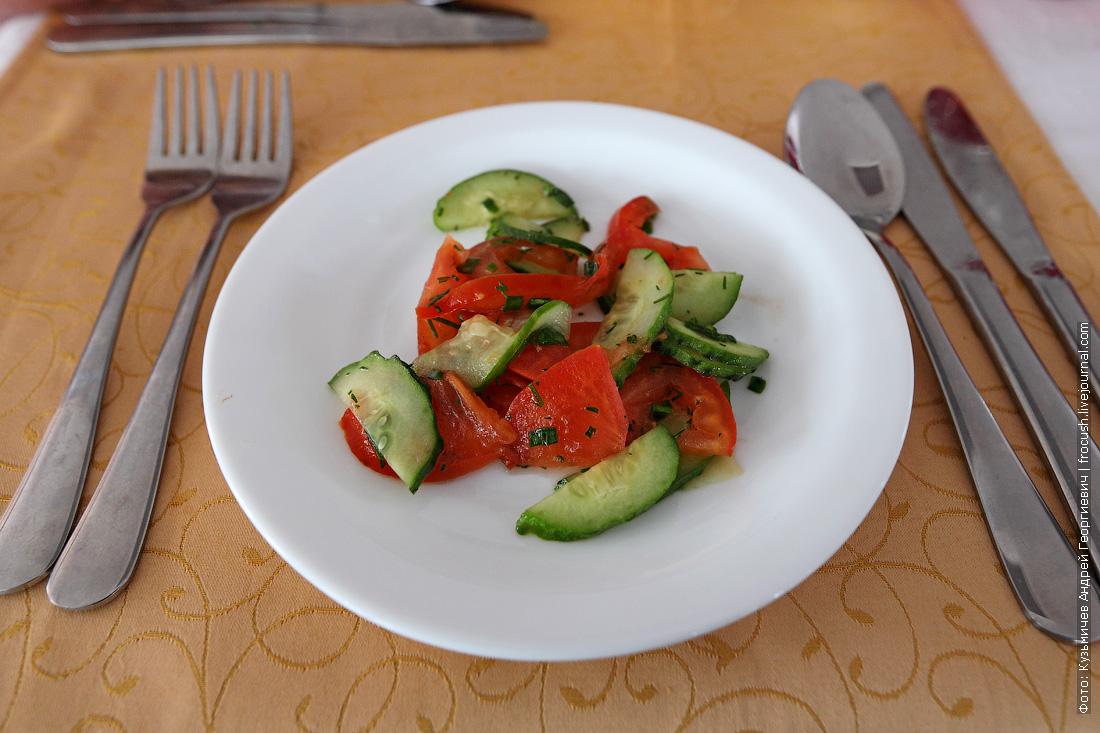 Салат из свежих огурцов и помидорок