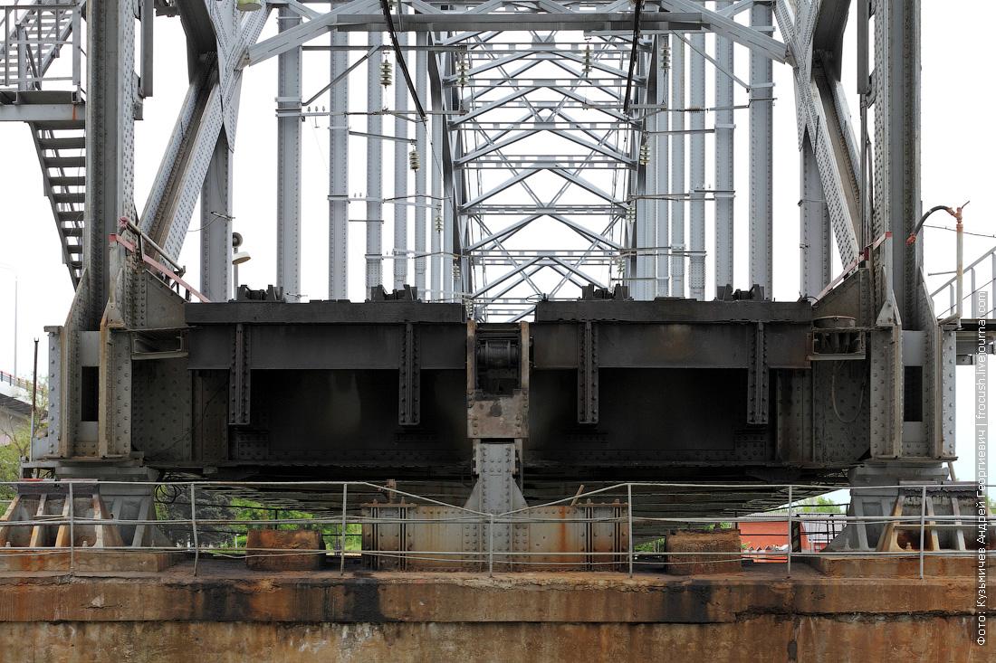 Железнодорожный мост. Получился «в разрезе», т.к. поднята ферма для прохода под мостом судов