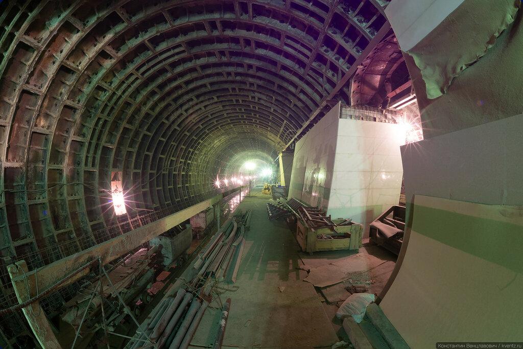 Правый станционный тоннель (ПСТ). Здесь колонны уже отделаны