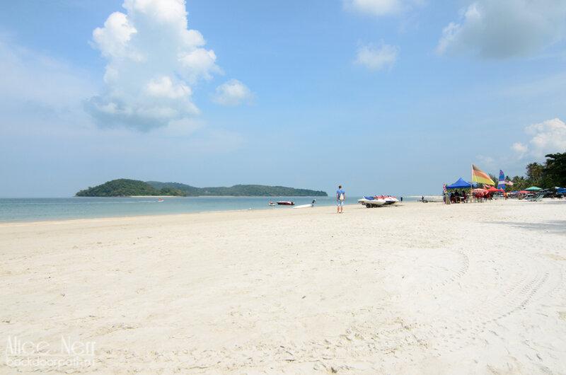 Пляж Pantai Cenang - купаться не хочется
