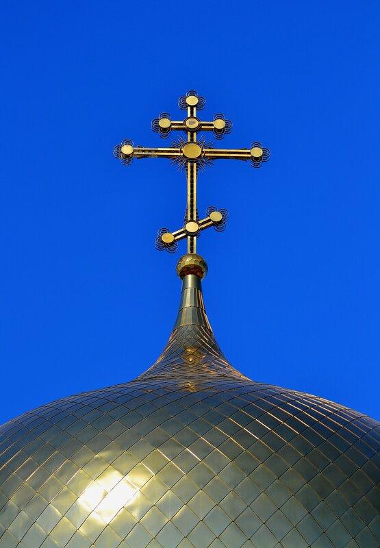 Крест над куполом