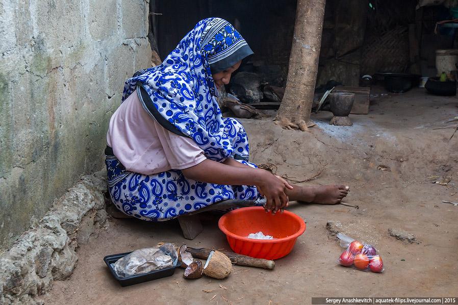 15. А мать с другой дочерью готовятся печь лепешки...