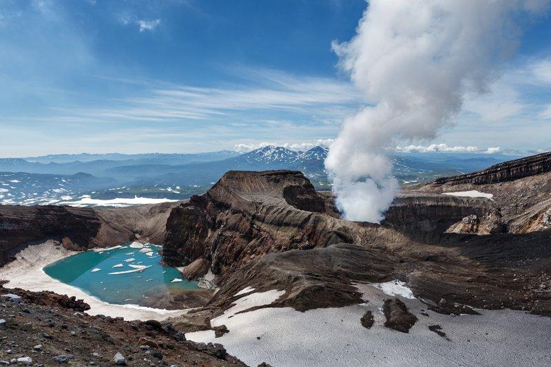 Вулканы на востоке России на полуострове Камчатка на территории Камчатского края.