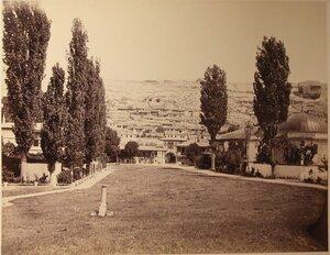 Вид  въездных ворот на территорию ханского дворца; справа - дюрбе (ханские гробницы); в центре на втором плане - жилые дома. Бахчисарай.