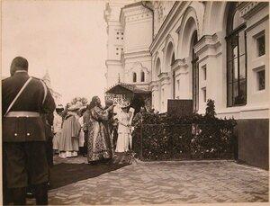Император Николай II, императрица Александра Фёдоровна, великие княжны, священнослужители в Киево-Печерской лавре у могилы Искры и Кочубея.