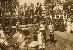 Группа военных и священнослужителей у Спасского собора