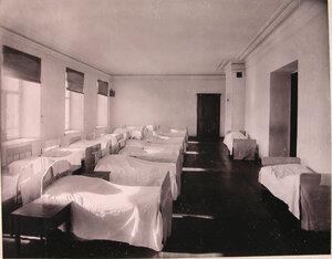 Вид части спальни воспитанниц училища.