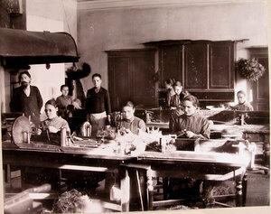 Работники за изготовлением щеток в артельной мастерской училища.