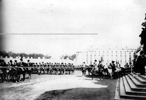 Казачьи части полка проезжают мимо принимающего парад императора Николая II.