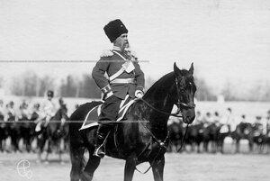 Командир лейб-гвардии Сводно-казачьего полка, генерал-майор Л. И. Жигалин перед строем на плацу во время парада.