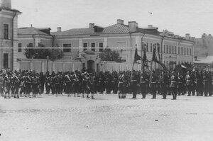 Император Николай II в сопровождении генералитета обходит строй полка.