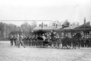 Шеф полка великая княгиня Мария Павловна  в коляске проезжает по фронту Драгунского полка во время смотра.