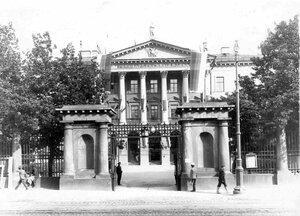 Центральная часть фасада здания Государственного банка со стороны Садовой улицы (Садовая ул., 21), (арх. Д.Кваренги, 1783-1790).