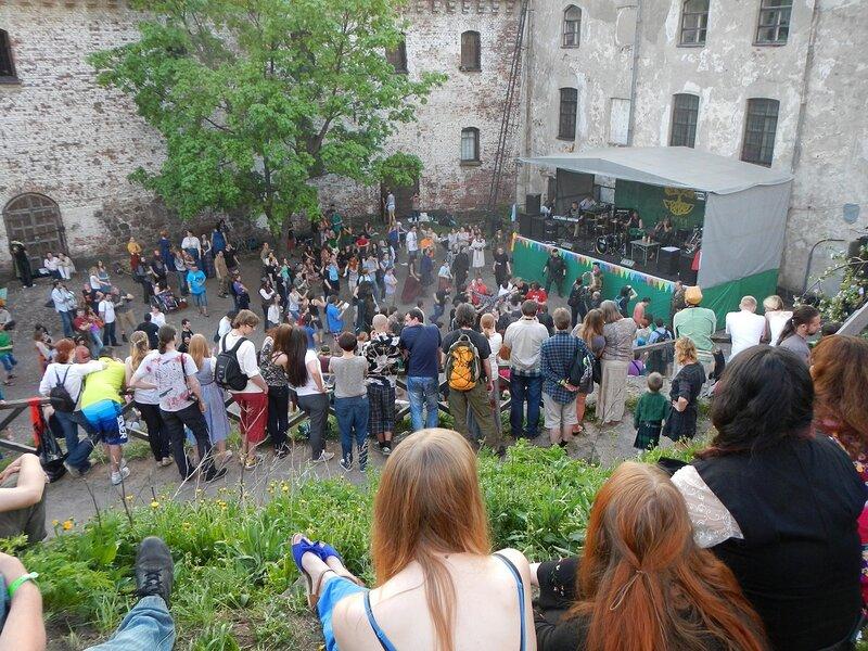 вид с верхней галереи на нижнюю площадь - фестиваль фолка и средневековой культуры «Майское дерево 2014»
