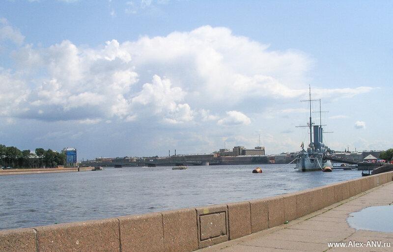 У Петроградской набережной установлен легендарный крейсер