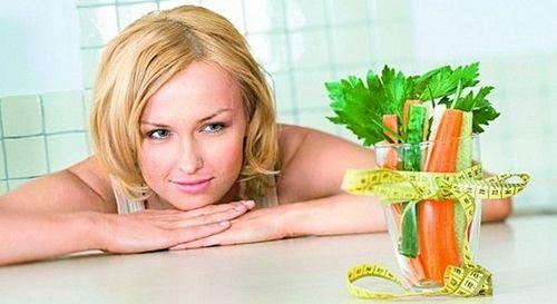 Девушка на диете и овощи