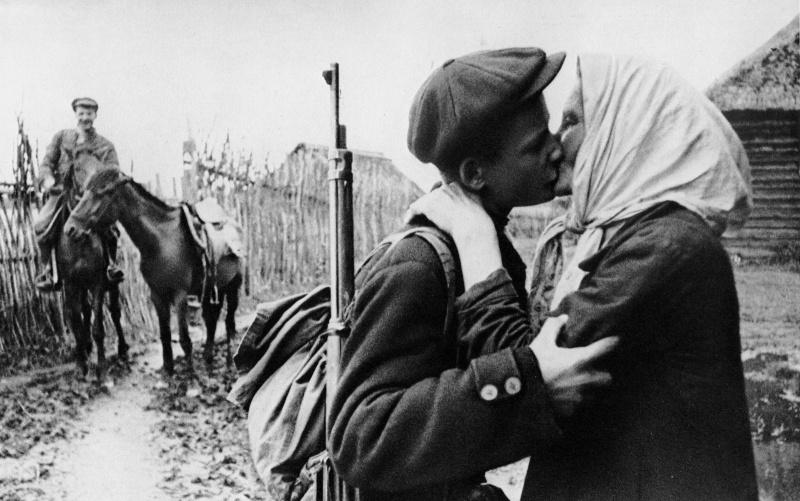 6-Советский партизан прощается с матерью.jpg