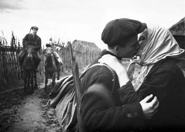7-Мать отправляет сына в партизанский отряд.jpg