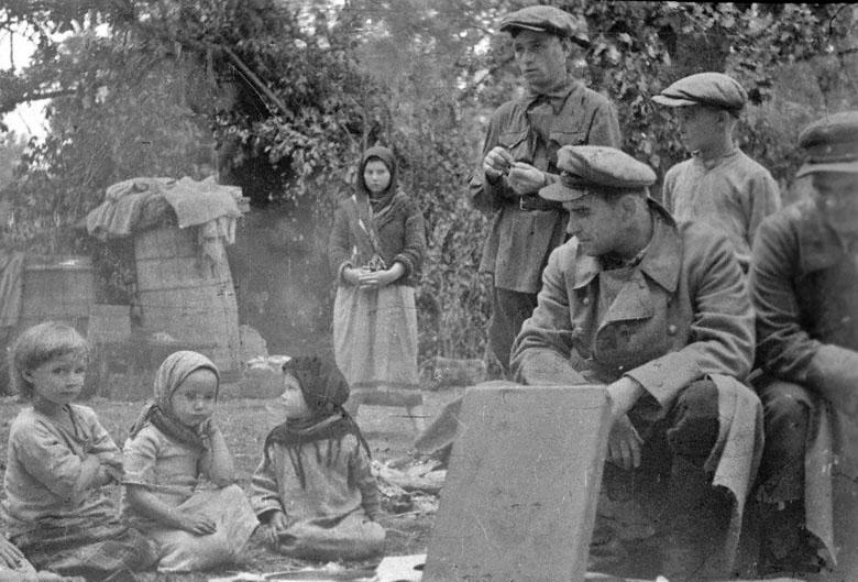 20-Группа партизан в гостях у скрыв. в лесу от немцев жителей. Белоруссия. 09.43.jpg
