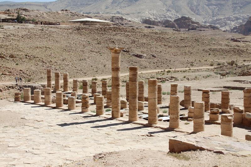 Тройная колоннада Великого храма в Петре