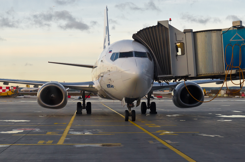 Фото 2. Мой первый самолет снят через стекло. Фотоаппарат Никон Д5100 с репортажным зумом Никон 17-55/2,8