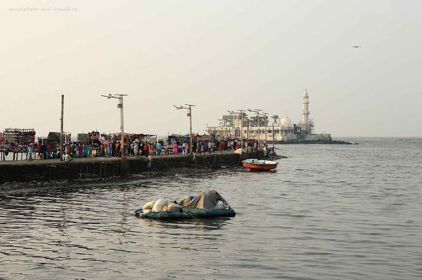 Фото № 25 Дамба, соединяющая берег с островом-мечетью Хаджи Али. Перед путешествием на Гоа мы побывали в Мумбаи. (24-70, 1/320, -1eV, f9, 70 mm, ISO 100)