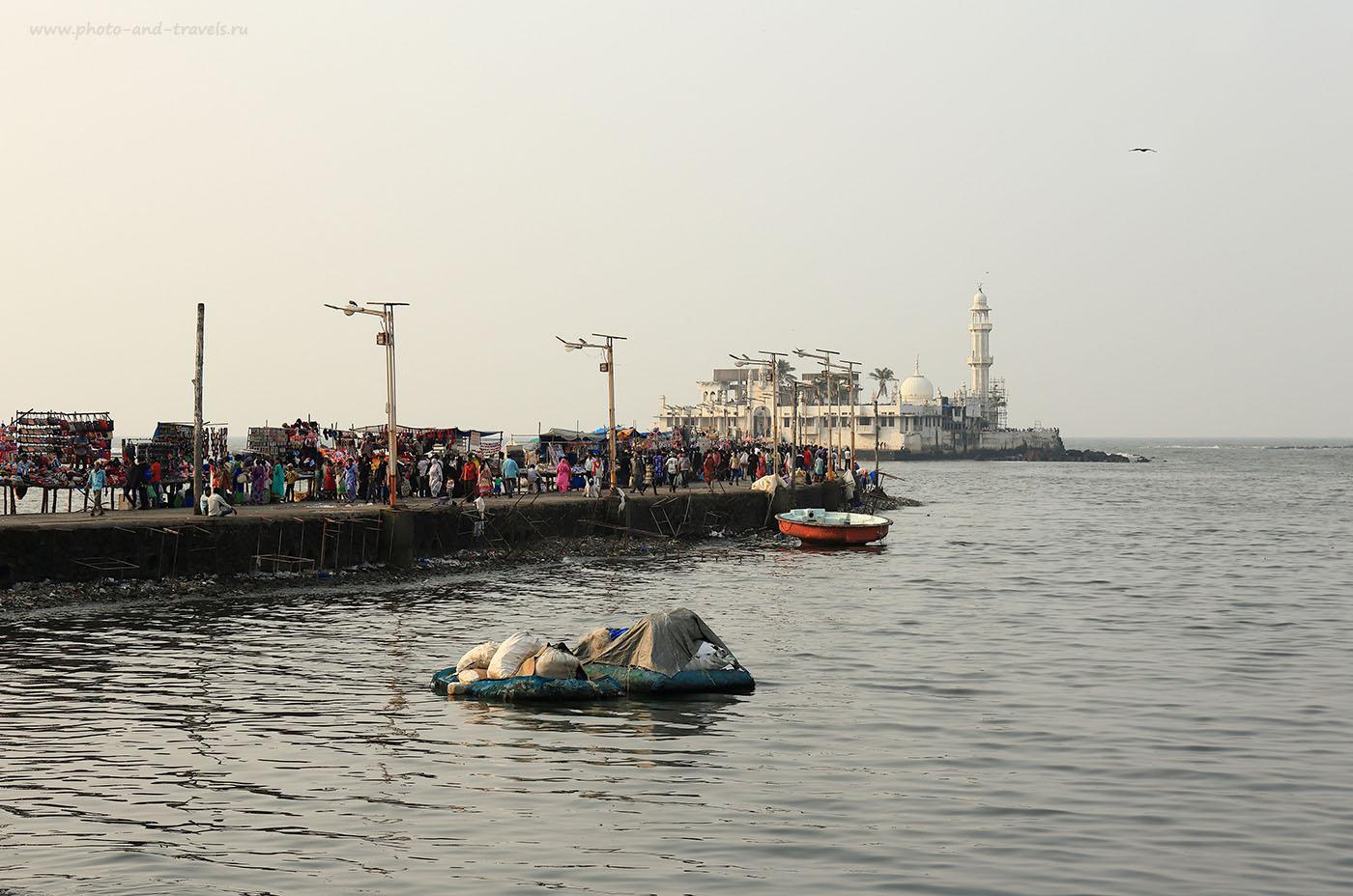 Фото № 25 Дамба, соединяющая берег с островом-мечетью Хаджи Али в Мумбаи. (24-70, 1/320, -1eV, f9, 70 mm, ISO 100)