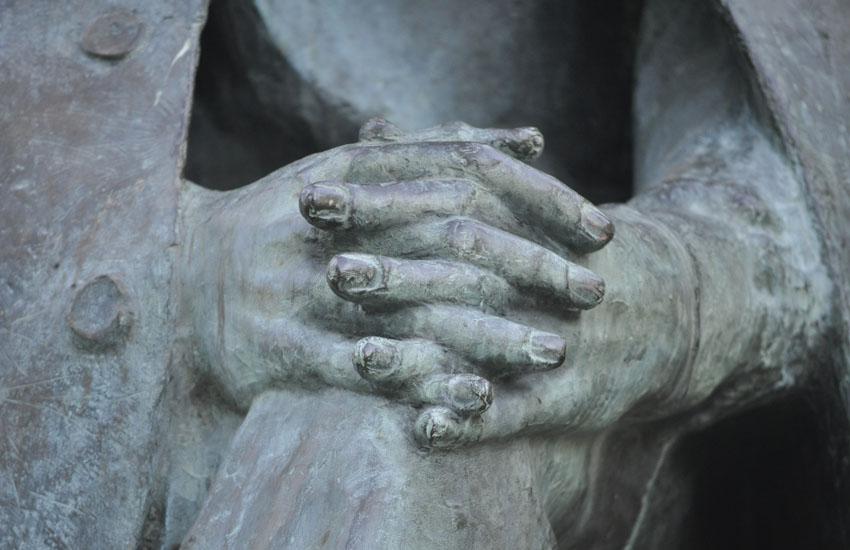 Тотьма. Памятник Рубцову. Руки.jpg