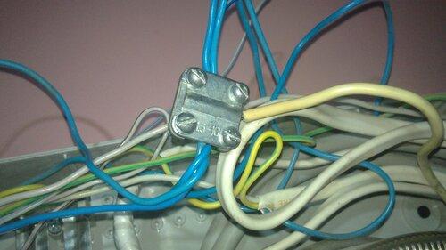 Фото 2. Винтовая шина заменена на электротехнический сжим У 733. Все повреждённые нулевые провода перезачищены и аккуратно уложены в пазы контактных пластин сжима.