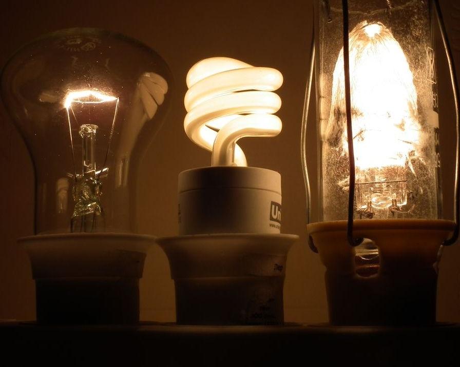 Фото 1. «Лампочка ВасИльича» в компании других ламп. На фото расположены (слева направо) - традиционная лампа накаливания мощностью 60 Вт, компактная люминесцентная («энергосберегающая») лампа мощностью 11 Вт и экспериментальная лампа Макарова мощностью 60 Вт.