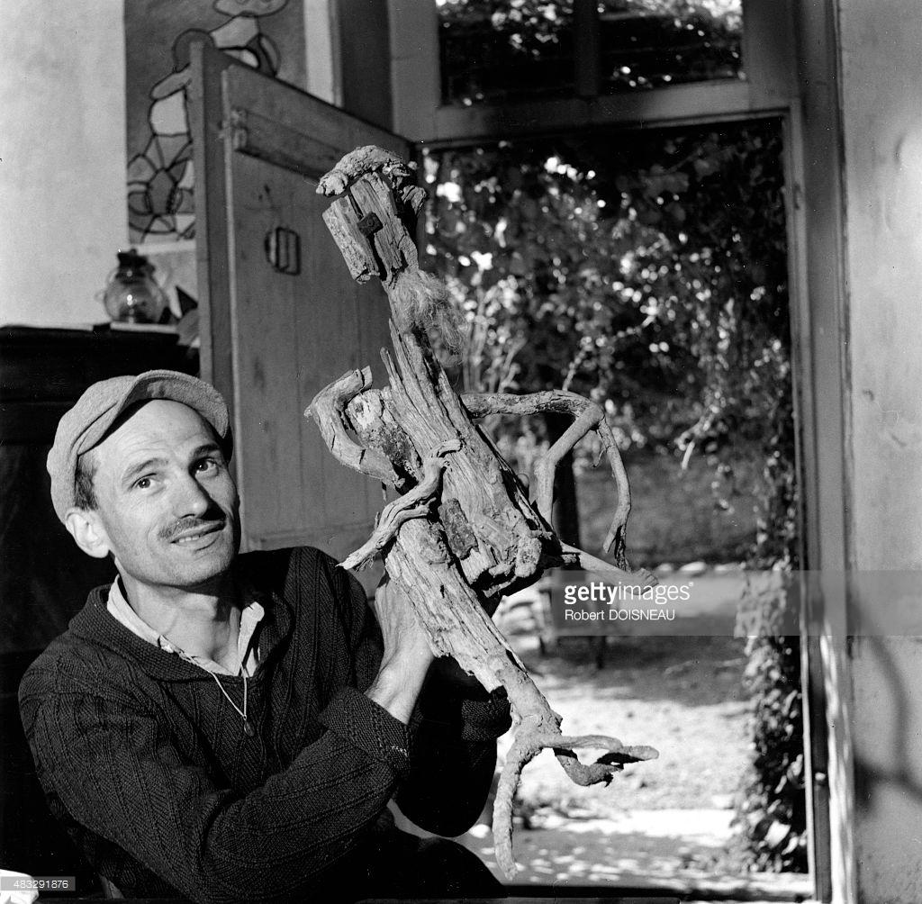 1952. Гастон Шессак, художник и скульптор в своем доме 22 августа в Сент-Флорансе, Вандея