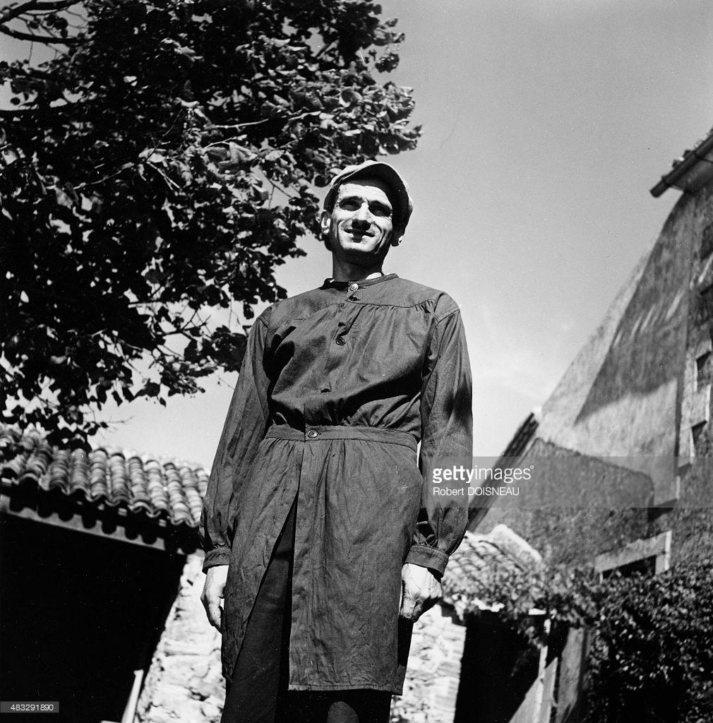 1952. Гастон Шессак, художник и скульптор возле своего дома 22 августа в Сент-Флорансе, Вандея