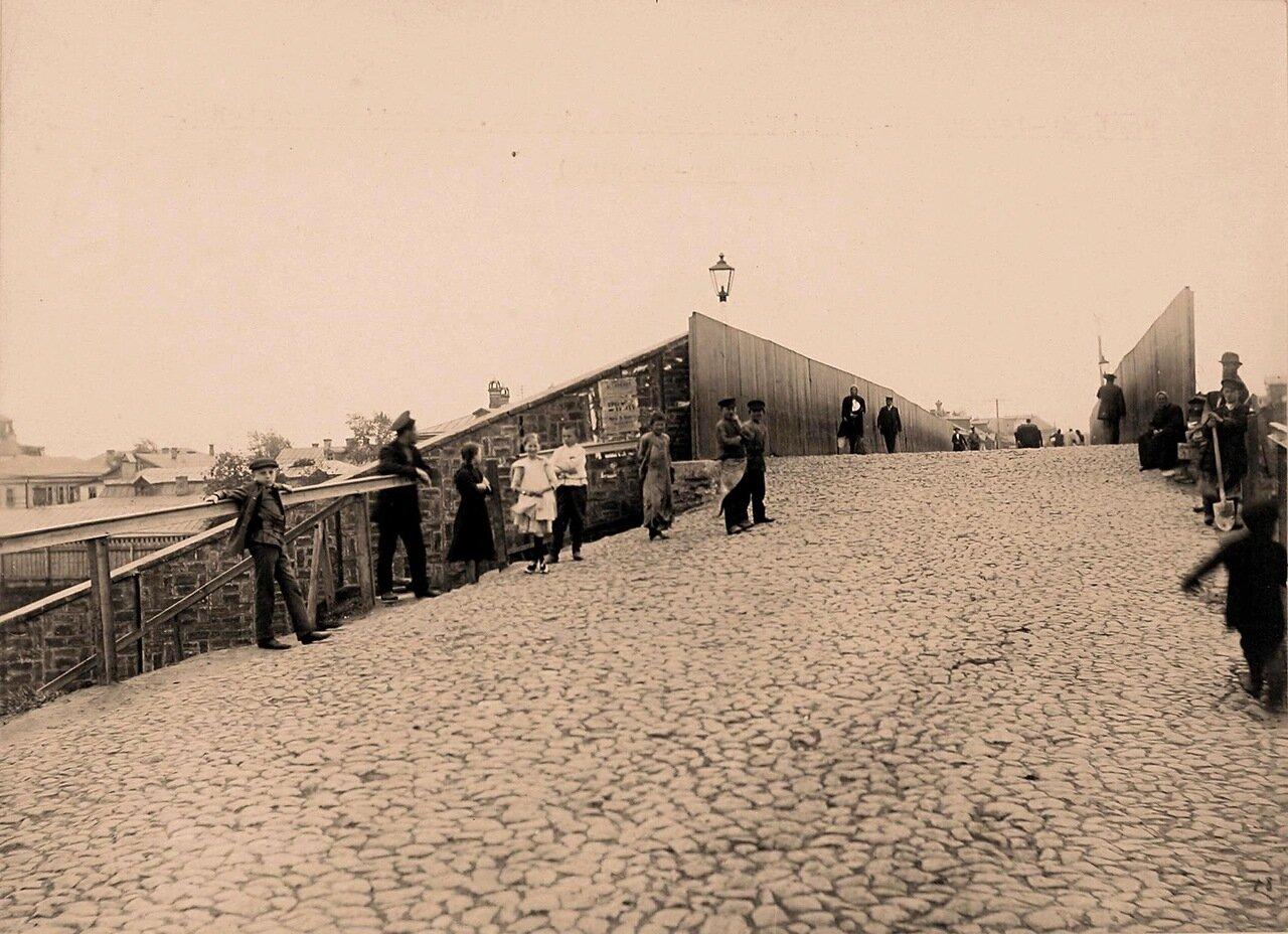 Местные жители на мосту через Николаевскую железную дорогу, направление от Виндавы (вид снизу)
