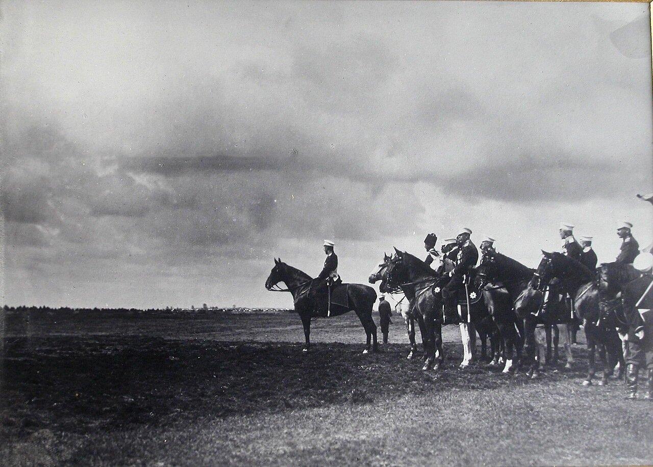 Император Николай II и сопровождающие его военные чины перед началом смотра. 26 июля 1900