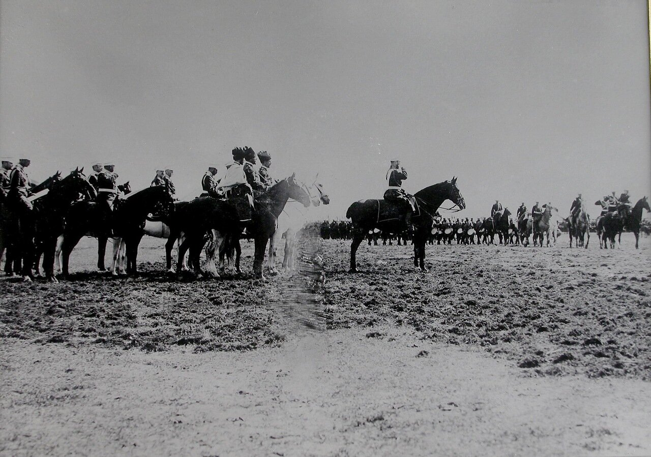 Войска проходят церемониальным маршем мимо императора Николая II и сопровождающих его военных чинов. 26 июля 1900