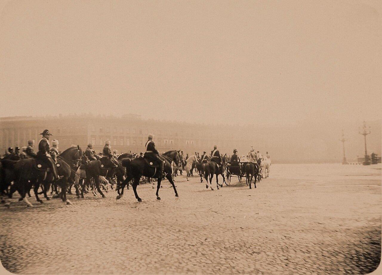 03. Военные чины, сопровождающие членов императорской фамилии к месту смотра, на Дворцовой площади