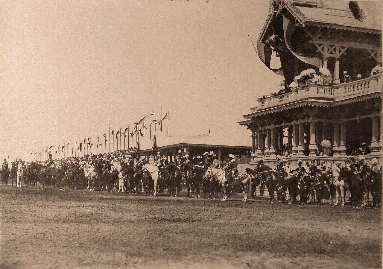 Главы делегаций, приглашённых на торжества коронации, у императорского павильона на Ходынском поле перед началом парада; слева (на коне, боком) - император Николай II